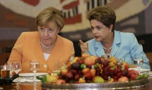 Germany's Chancellor Angela Merkel (L) listens to Brazil's President Dilma Rousseff during a lunch at the Itamaraty Palace in Brasilia, Brazil, August 20, 2015. REUTERS/Ueslei Marcelino