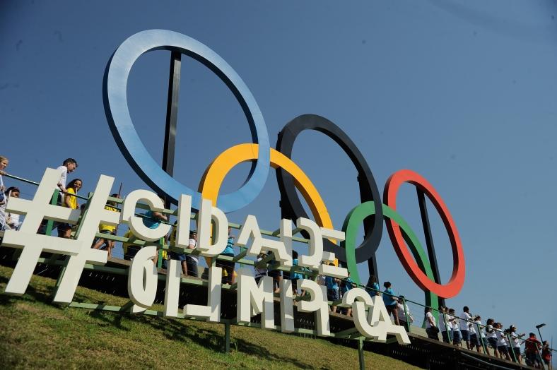 Desfile olímpico de alunos da rede municipal do Rio